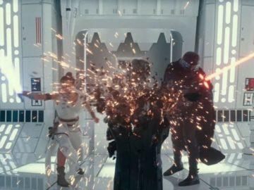 Rey y Kylo destruyen la máscara de Darth Vader con sables láser